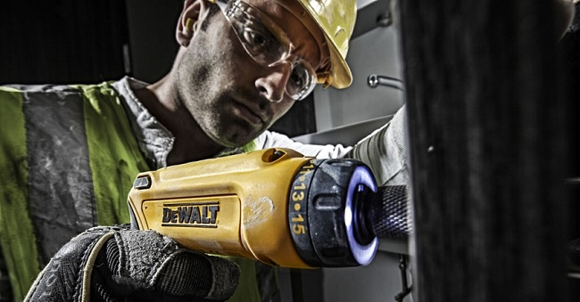 Tournevis DeWALT en action