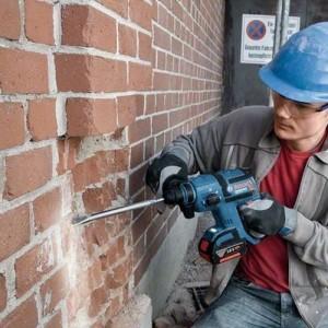 bosch perforateur burineur SDS-Plus 18V GBH18V-EC 5Ah en action sur de la brique