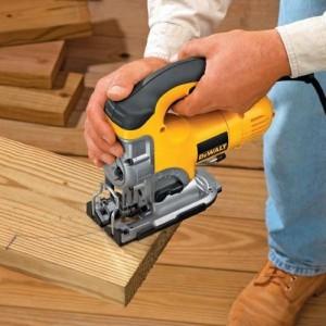 scie sauteuse DW331KT découpant du bois