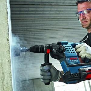 BOSCH Perforateur burineur SDS-Plus 36V - GBH36VF-LI en action dans un mur