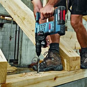 BOSCH Perforateur burineur SDS-Plus 36V - GBH36VF-LI en action dans du bois