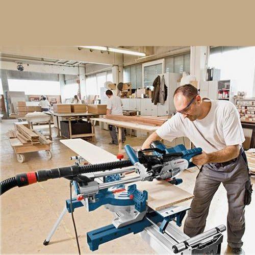 BOSCH Scie radiale et onglets 1600 W GCM8SJL utilisée par un ouvrier