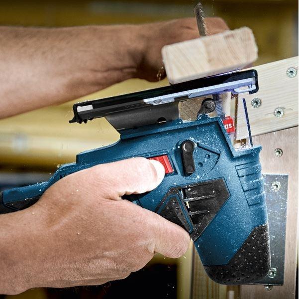 BOSCH Scie sauteuse 18 mm 10.8V - GST10,8V-LI en pleine action sur du bois
