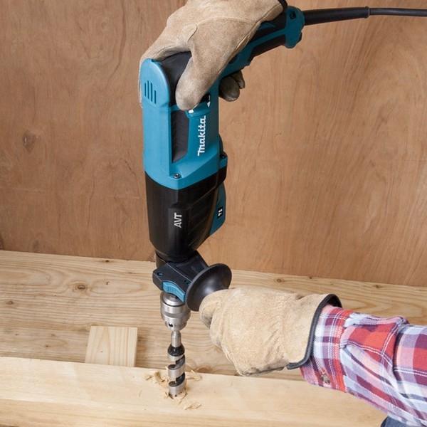 MAKITA Perforateur burineur 800W Sds plus en action sur du bois