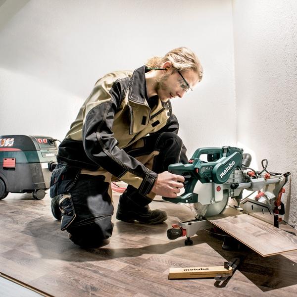 METABO Scie onglet radiale KGSV 72 6 Xact Sym utilisé par un homme sur du bois