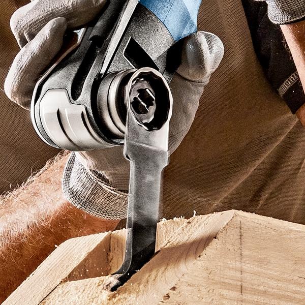 BOSCH Découpeur Ponceur StarlockMax 550W GOP55-36 en pleine action sur du bois