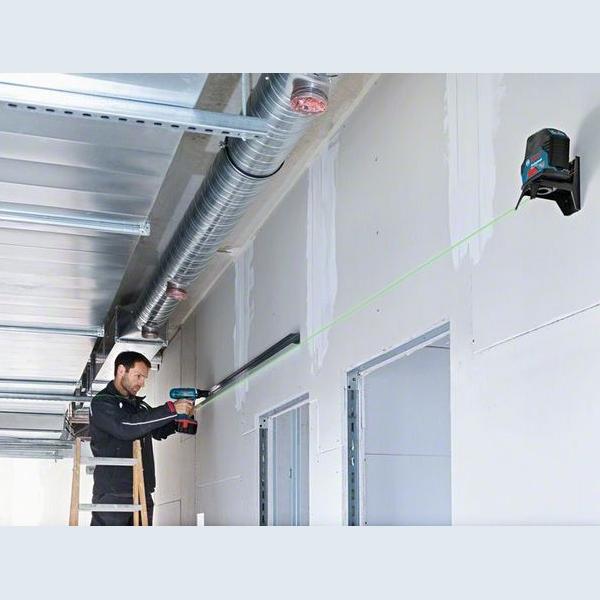 BOSCH Laser croix Vert portée 15m GCL2-15G - 0601066J00 projetant sur un mur - Guédo