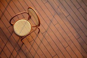 chaise sur un parquet