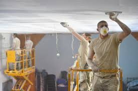 personnes ponçant le plafond